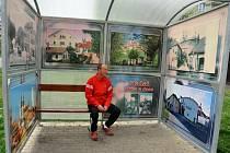 POUČNÉ ČEKÁNÍ. Stěny autobusových zastávek vyplňují zvětšené kopie historických pohlednic města a pro srovnání také soudobé snímky stejných míst.
