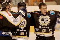 POSTUPOVÁ RADOST mohla vypuknout v táboře hokejistů béčka SK Kadaň. Ti vyhráli všechny čtyři zápasy kvalifikace a zajistili si tak právo účasti ve druhé lize!