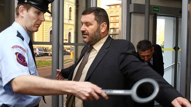 Obžalovaný Alexandr Novák, bývalý starosta v Chomutově obviněný z braní úplatků. Kontrola a průchod přes bezpečnost.