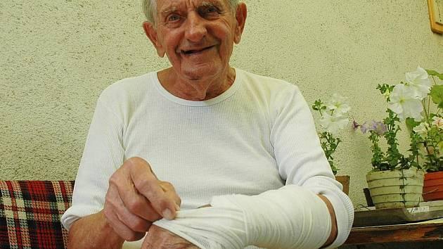 JEŠTĚ JSEM DOPADL DOBŘE. Ladislav Zeman  má zhmožděnou a pořezanou levou ruku a potlučené obě holeně a tvář. I tak je rád, že se dostal domů v relativním zdraví.