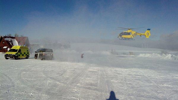 Vrtulník letecké záchranné služby dosedá na parkoviště pod Klínovcem.