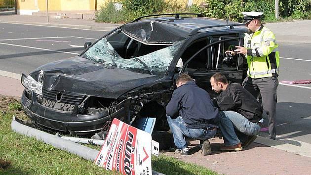 Černý Volskwagen Passat skončil na chodníku, kde srazil procházejího mladíka.