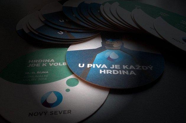 """""""Upiva je každý hrdina. Hrdina jde kvolbám"""", které do hospod rozvezl Nový Sever."""