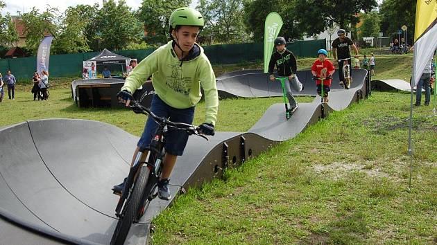 Po zahajovací jízdě se na pumptrackovou dráhu nadšeně vrhli mladí cyklisté i koloběžkáři.