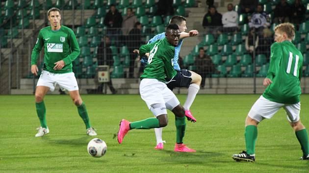 Mahamadou Dramé (FK Teplice) v utkání s Úvaly, vlevo Vojtěch Kubík, vpravo Ladislav Doksanský.
