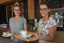 V zelené oáze údlického zahradnictví vyrostla kavárna. Na snímku Petra Barcová a vpravo vedoucí kavárny Michaela Škutová.