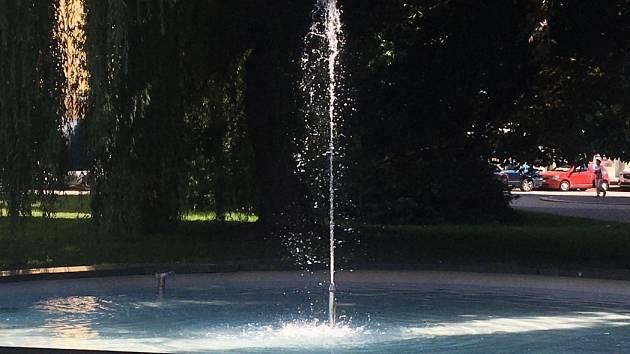 Vady na kráse jsou pryč. Kašna za radnicí je znovu plná vody.