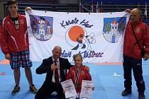 Matěj Kalkuš, mezinárodní rozhodčí Josef Patík, Kristýna Tesařová a Jaroslav Tesař (zleva) na ME mládeže v srbském městě Niš.