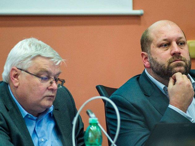 JAROSLAV KOMÍNEK (vpravo), chomutovský radní a předseda představenstva DPChJ na zasedání zastupitelstva.