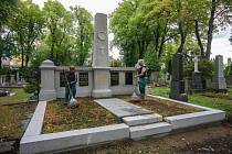 Technické služby města Chomutova opravily hrobku rodiny Leidlových.