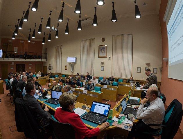 Poslední letošní zastupitelstvo Chomutova projednávalo jednu zpoměrně zásadních otázek. Odpady, nakonec prošel návrh Mariána Bystroně na zrušení poplatku na likvidací odpadů a recyklaci na rok 2018.