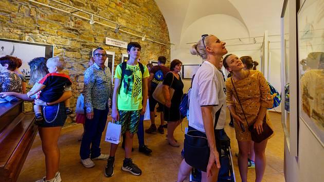 Nezapomeneme. To je název nové výstavy v Galerii Lurago. Výstava je věnována 75. výročí ukončení 2. světové války a uctění obětí holokaustu.