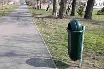 Cyklostezka podél Škroupovy ulice bude čistší, přibyly tu nové koše