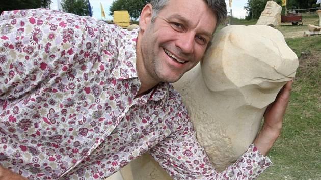 Holandský sochař Hildert Groenenberg s ledním medvědem, které vytesal na vejprtském sympoziu.