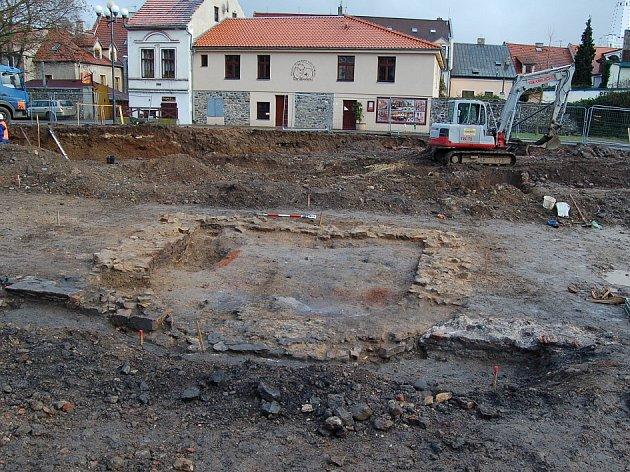 Základy středověké dělostřelecké bašty, kde archeologové našli všechny mince.