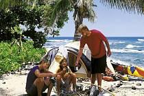 Stanování na pláži. Rodina Šimánkova u táboráku na havajském pobřeží.