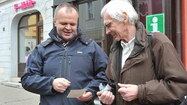 Fotograf Václava Havla Oldřich Škácha (vpravo) a starosta Jiří Kulhánek