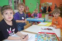 PROČ MÁŠ TEN FOŤÁK? Víc než pastelky a papíry děti na chvíli zaujal fotoaparát. Dopoledne jsou zvyklé trávit v mateřské škole přímo v Klokánku na Kamenném Vrchu. Slouží jim jako herna v době, kdy jsou ostatní děti ve škole.