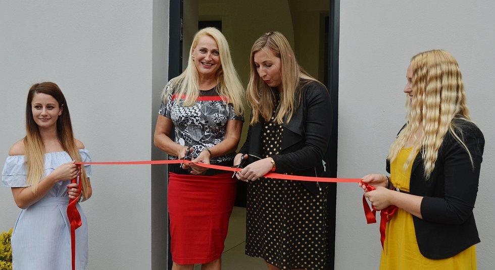 V Jirkově otevřeli nové infocentrum s multimediálním hasičským muzeem. Pásku slavnostně přestřihly místostarostka Dana Jurštaková a starostka Darina Kováčová.