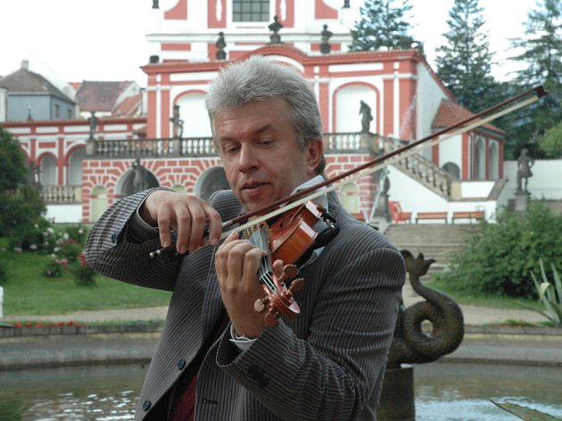 Houslista Jaroslav Svěcený před kláštereckým zámkem.