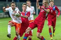 Výběr reprezentace ČR U 19 (v červeném), v Chomutově podlehl Holandsku