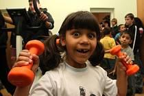 PARÁDA! Z nové posilovny jsou sice nadšení hlavně starší kluci, ale rády se tu se cvičebním nářadím vyřádí i malé holčičky.