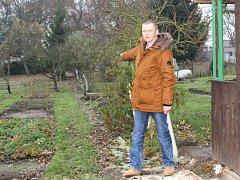 Martin Tuček ukazuje na zahrádky v lokalitě Na Skalce, které musí opustit.