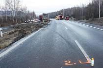 Nákladní auto skončilo ve středovém pásu. Kvůli šetření nehody museli policisté dopravu odklonit.