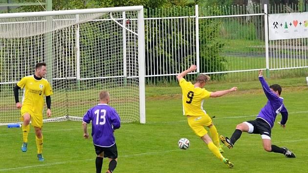 Běží 24. minuta utkání a spořický hráč Jan Fořt s číslem 9 posílá placírkou míč poprvé do sítě Března. Obránci Března gólu už nedokázali zabránit.