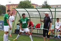 Trenér Pavel Chaloupka udílí pokyny před zápasem s Baníkem Souš.