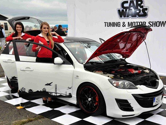 HOSTESKY A MAZDA chomutovského majitele Lukáše Skácela. Na víkendovém srazu s ní vyhrál druhé místo o nejlepší auto mezi asijskými vozy.