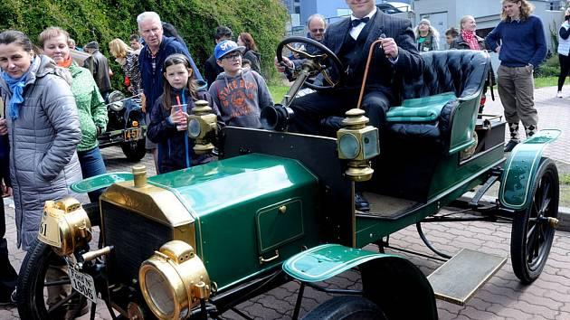 Nejstarší auto srazu byl Ford N z roku 1906. Auto, které jezdilo těsně po kočárech.