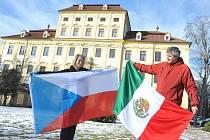 Recepční Anna Bendová a ředitel zámku Bedřich Fryč s vlajkami, které vyvěsí na nádvoří Červeného Hrádku.