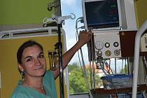 Zdravotní sestra Silvie Valešová předvádí nový monitor vitálních funkcí . K dalším přístrojům patří lůžko intenzivní péče, infuzní technika, ventilátory, ultrazvuk či rehabilitační motodlaha.