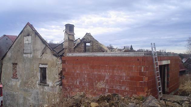 Konec. Střechu domu hasiči už nedokázali zachránit. Oheň byl v době příjezdu už v plné síle, a tak se zasahující požárníci alespoň snažili ochránit zbytek domu od plamenů.