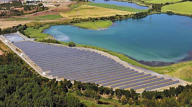 Letecký pohled na sluneční elektrárnu.