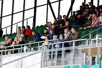 Diváci na chomutovském fotbalovém stadionu.