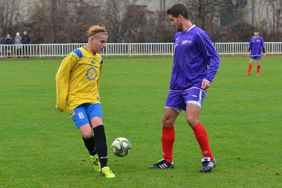 Fotbalisté Března (v modrém).