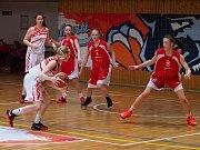 Snímek z utkání Levhartic (v bílém)