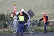 Pomocí vrtulníku osazují dělníci nové stožáry budoucí lanovky na Klínovci