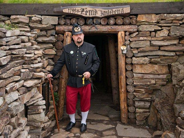 Na Mědníku je v současnosti pro veřejnost otevřena prohlídková štola Země zaslíbená, kterou provozuje občanské sdružení Historické rudné doly Mědník.