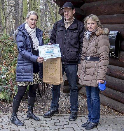 Klára Kubešová zChomutova (vpravo) přišla do zooparku spřítelem Petrem Jeřábkem. Astala se čtvrtmiliontou návštěvnicí vtomto roce, kčemuž jí gratulovala iředitelka zoo Iveta Rabasová (vlevo).