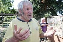 byvatelům obce Sušany na Chomutovsku vadí chov prasat. Především pak zápach.