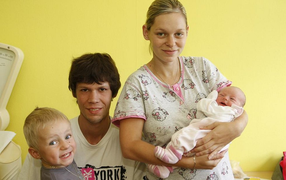 Celá rodina z Kadaně obklopila malou Kateřinu Hencovou, která se narodila 10. srpna. Vážila 2,7 kilogramu a měřila 49 centimetrů. Kromě maminky Pavly Bechyňové jsou na snímku tatínek Martin Henc a bráška Filípek.