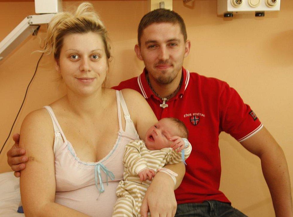 Maminka Tereza Kytková z Chomutova svírá v náručí svého syna Antonína. Ten se narodil v chomutovské nemocnici 5. srpna v 15:54 hodin. Měřil 50 centimetrů a vážil 3,5 kilogramu. Je u něj i tatínek Antonín Kytka.