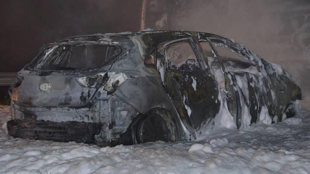 Noční nehoda kamionu a osobního auta fotoaparátem hasičů.