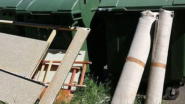 Dřevěné skříně i role od koberců skončily na trávníku.