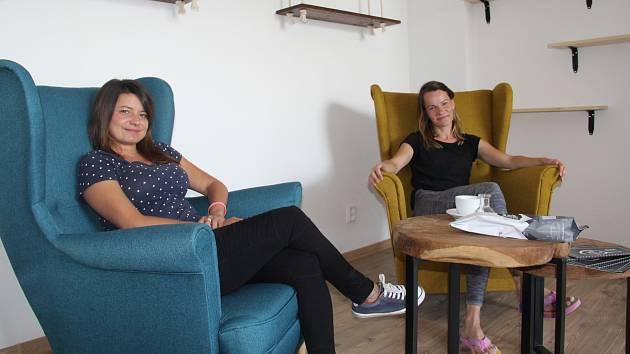 Romana Lecjaksová a Zuzana Blažejovská hledaly pro kavárnu podobu skoro rok. Inspiroval je hlavně moderní design, ale i útulnost retra.