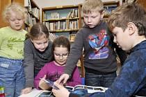 ŠKOLÁCI zaplatí v chomutovské knihovně 80 korun.