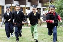 LETNÍ TÁBORY. Právě na ně často děti vzpomínají celý rok. Kromě sportu, pohybu a her zde poznávají nové kamarády.